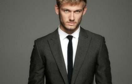 Costume un bouton et cravate slim