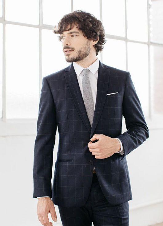 costume d'affaire bleu marine à carreaux fenetres