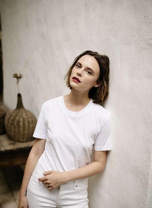 femme parisienne petite cheveux court brune rouge à lèvre rouge, naturelle beauté belle blanc style simple chic
