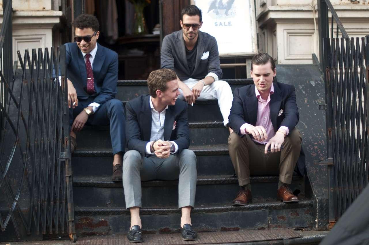 3. Hommes en costumes avec différents looks
