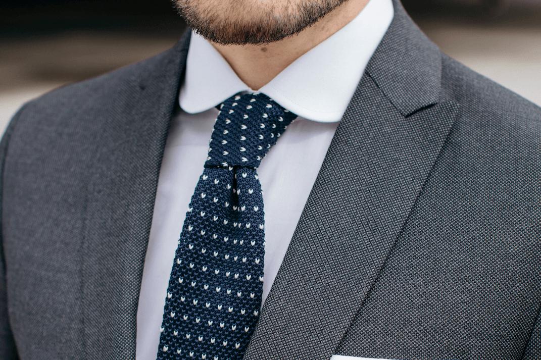cravate bleu à motifs tailleur paris homme costume sur mesure