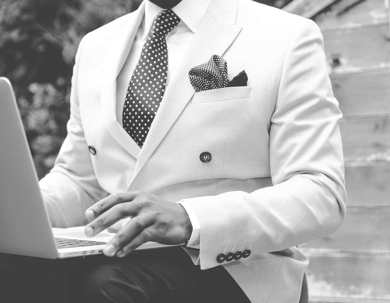 costume de mariage en blanc